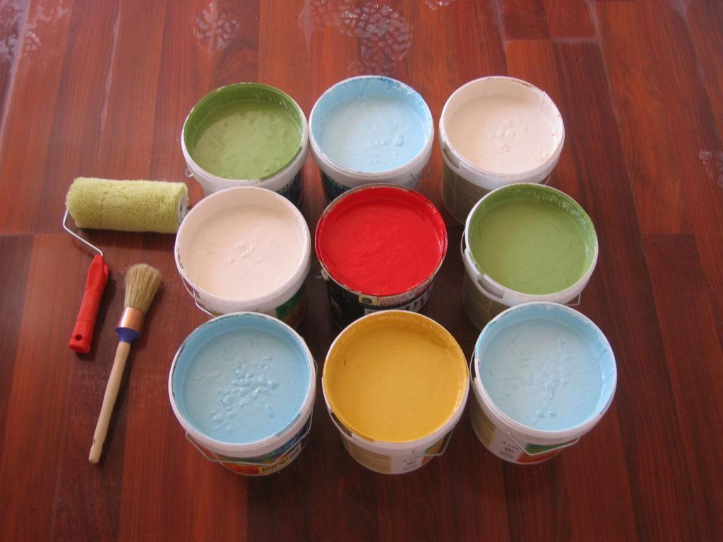 botes de pintura y rodillo