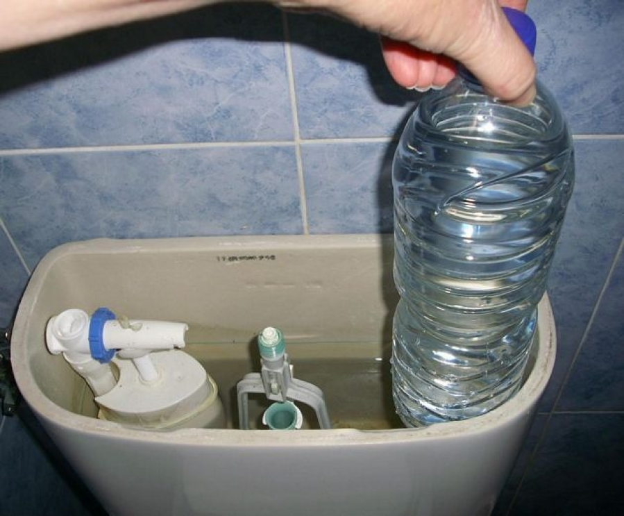 botella dentro de water para ahorrar agua