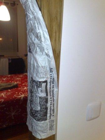 periódicos para cubrir el marco de madera