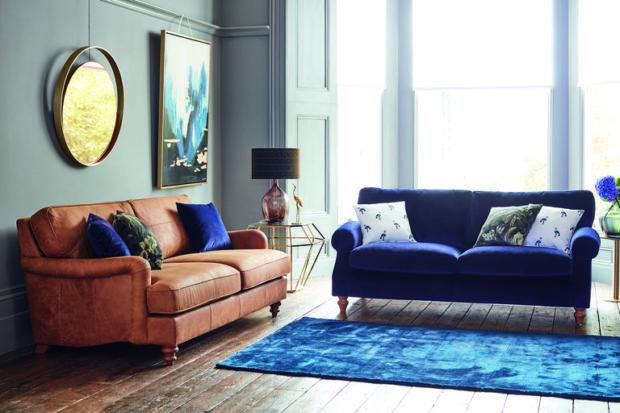 Salón con mucho color y curvas